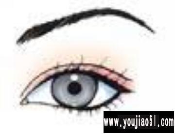 细长的单眼皮眼睛——在眼眉下方添加一些亮色.