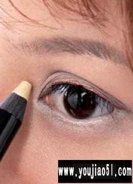 外双眼皮女性如何画眼线   提供双眼皮相关信息。   建议外双眼美人眼部妆容:高贵的珍珠光泽 清晰的眼部轮廓是甜美公主的标准眼妆定位。    1、眼睛的美丽变身。    2、眼睛类型分析      外双眼美人是比较好描画的类型,由于她们的眼睛形状比较标准,所以易于塑造各种类型的美丽眼睛。    3、想要变身类型      根据模特本身的高雅气质,我们希望将她的眼睛风格定位在公主般的甜美、高贵。只要通过描画眼线就可以轻易达到。 www.